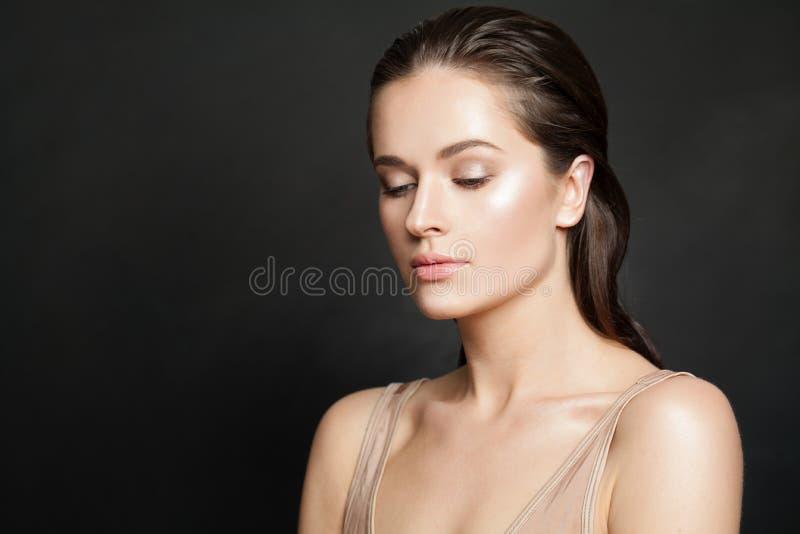 Womal sano con chiara pelle su fondo nero Skincare e trattamento facciale fotografia stock libera da diritti