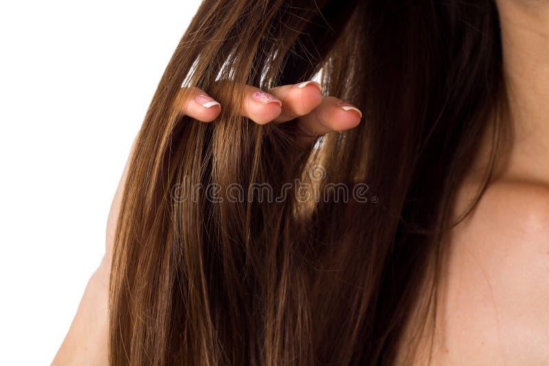 Woman& x27; 接触头发的s手指 免版税库存照片