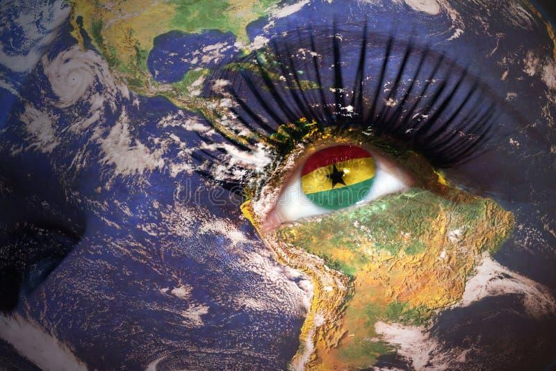 Woman& x27; cara de s con textura de la tierra del planeta y la bandera ghanesa dentro imagen de archivo libre de regalías
