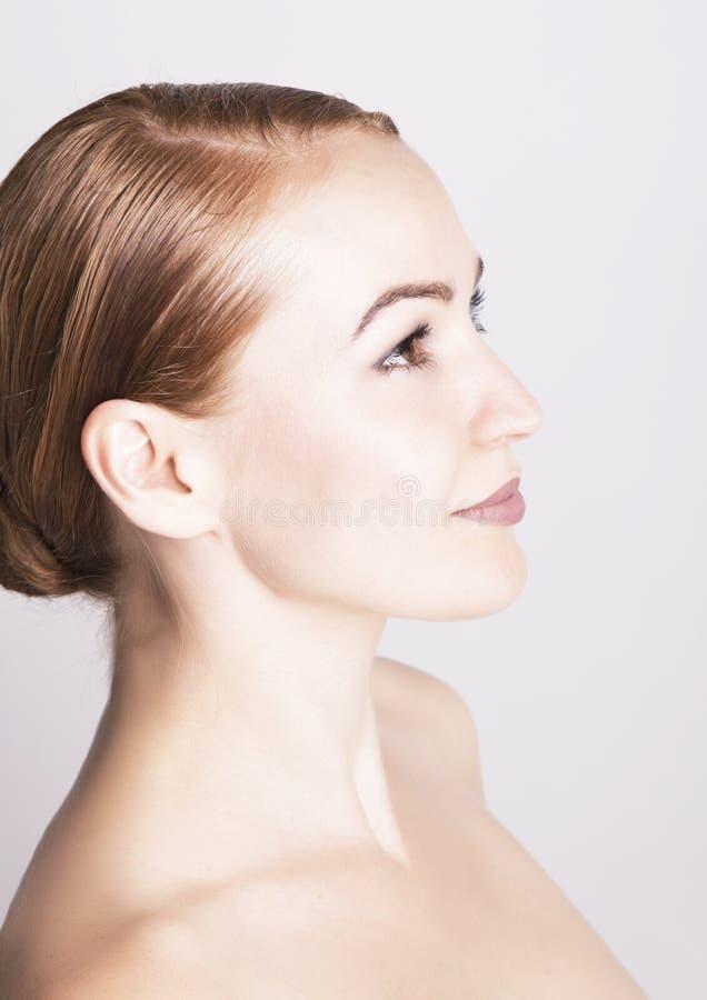 Woman di modello & x27; primo piano del fronte di s ritratto di bello woman& x27; fronte di purezza di s con trucco Modello svegl fotografia stock libera da diritti
