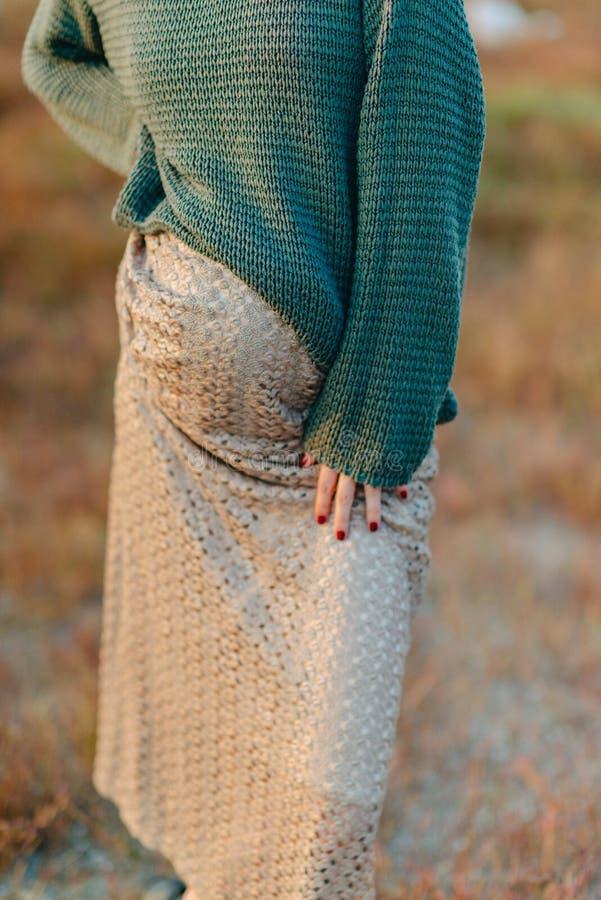 Woman& embarazada x27; vientre de s imágenes de archivo libres de regalías