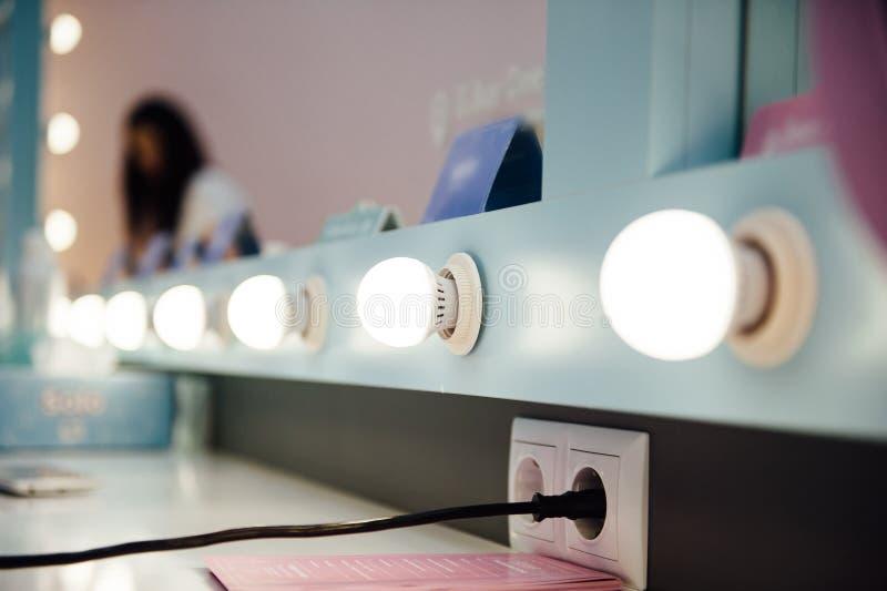 Woman& x27 ; endroit de maquillage de s avec le miroir photos libres de droits