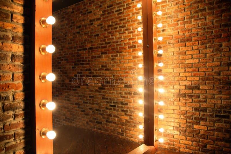 Woman& x27 ; endroit de maquillage de s avec le miroir et les ampoules images libres de droits