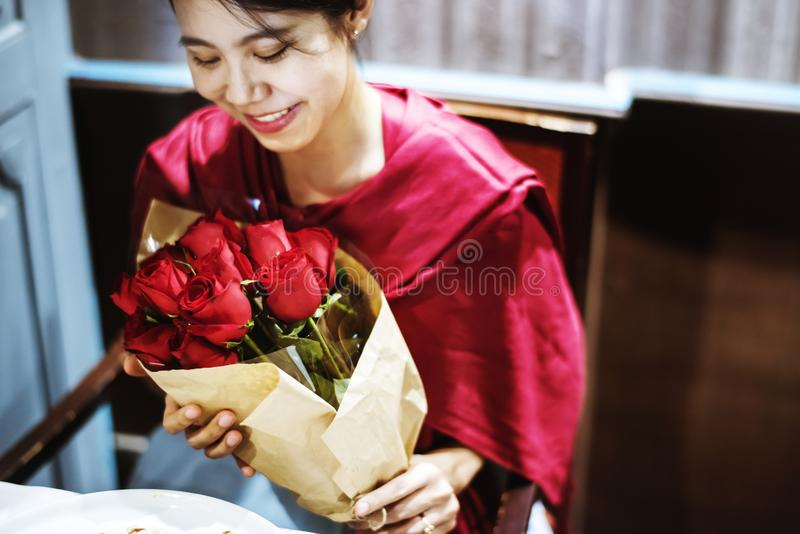 Woman got red rose bouquet stock photography