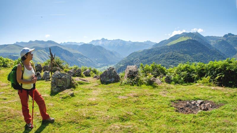 Woman hiker in de Franse Pyreneeën, bergen plateau du Benou stock foto