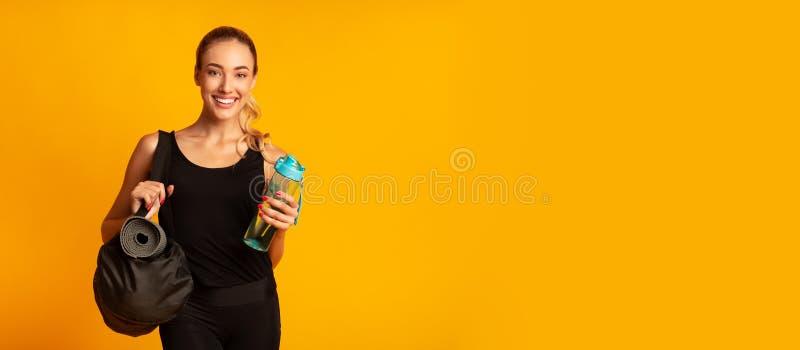 Woman Holding Fitness Bag klar för utbildning, Studio Shot, Panorama royaltyfria foton