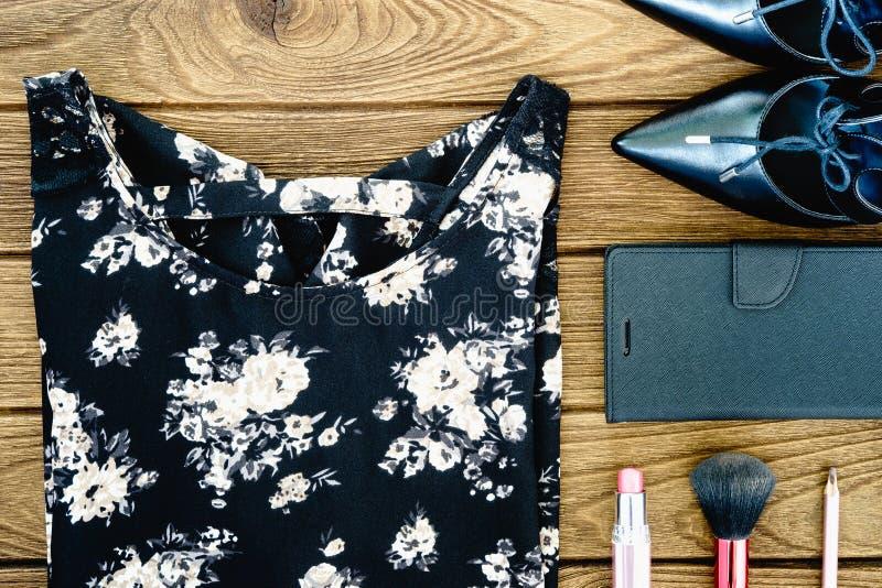 Woman& x27; i vestiti di s, le scarpe e gli accessori dei cosmetici si chiudono sul principale vi immagine stock