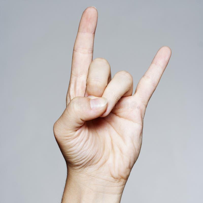 Woman& x27; la mano di s che dà il segno di rock-and-roll, corni del diavolo gesture immagine stock