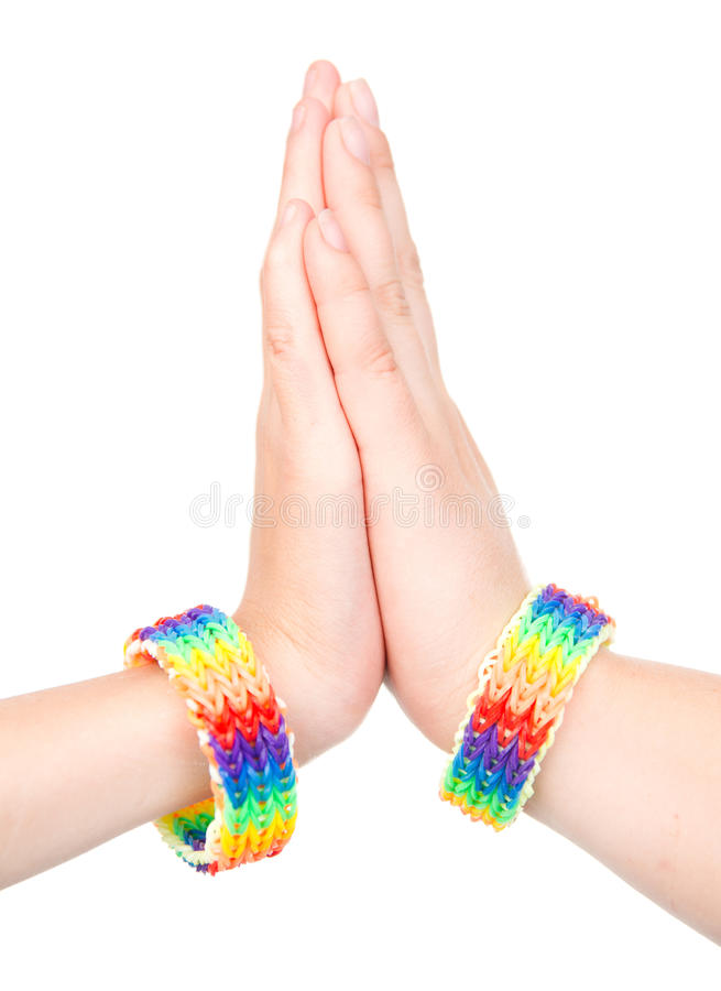 Woman& x27; mãos de s com um bracelete modelado como a bandeira do arco-íris Isolado no branco fotografia de stock