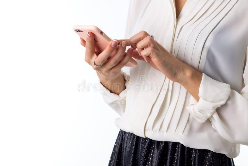 Woman& x27; mãos de s que guardam o telefone fotografia de stock royalty free