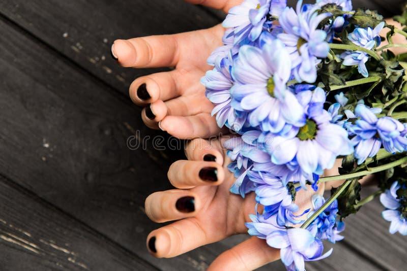 Woman' mani di s con i fiori fotografie stock
