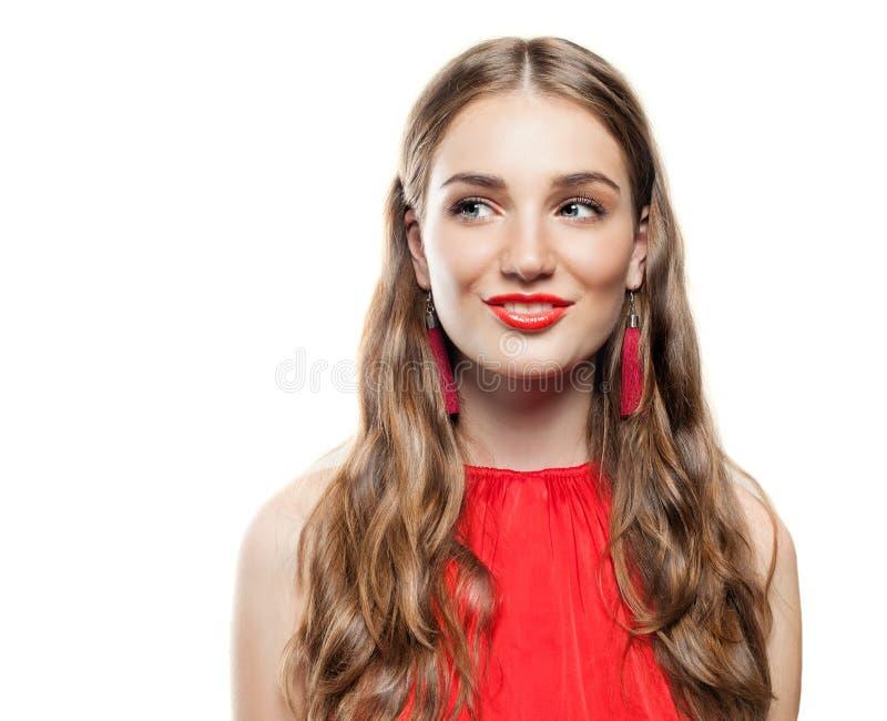 Woman modèle gai avec les boucles d'oreille rouges photos libres de droits