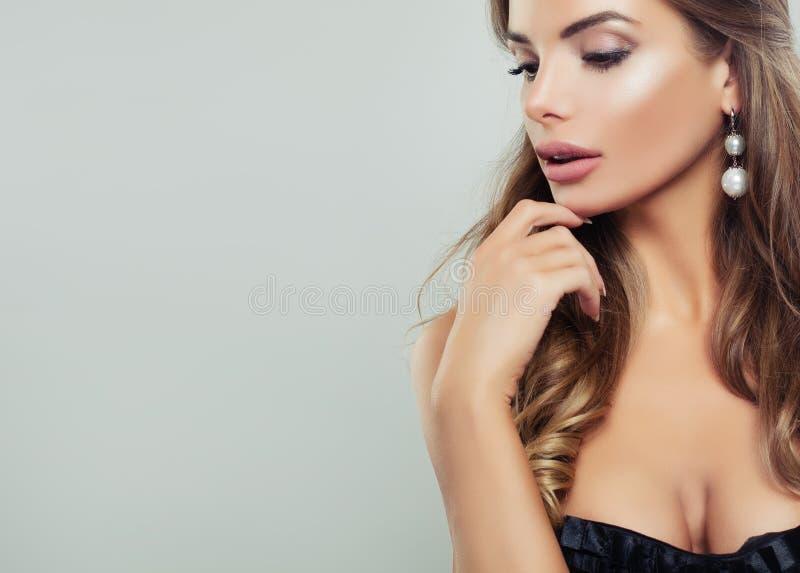 Woman modèle parfait avec composent et des boucles d'oreille photos libres de droits