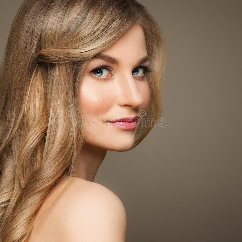 Woman modelo bonito com cabelo louro no fundo bege foto de stock royalty free