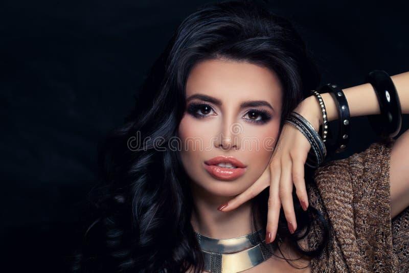 Woman modelo com penteado, composição e bracelete de Permed fotografia de stock