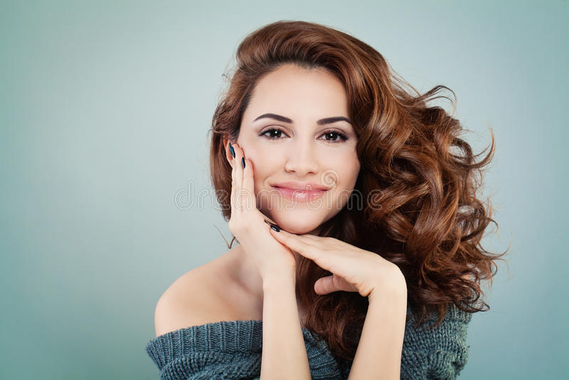 Woman modelo de sorriso bonito com penteado ondulado imagem de stock