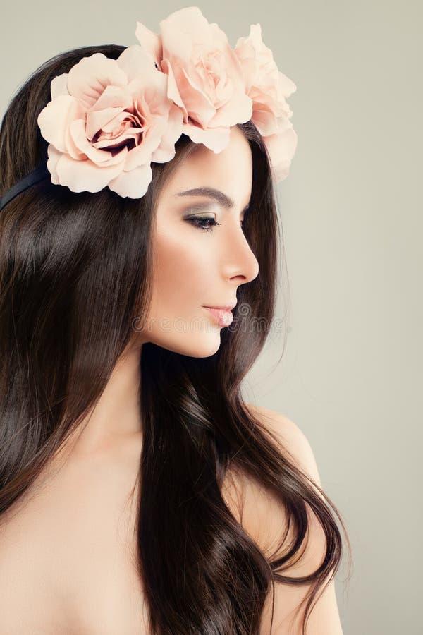 Woman modelo perfecto con las flores del rosa del verano imagen de archivo