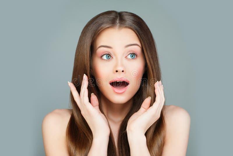 Woman modelo sorprendido con la boca abierta foto de archivo