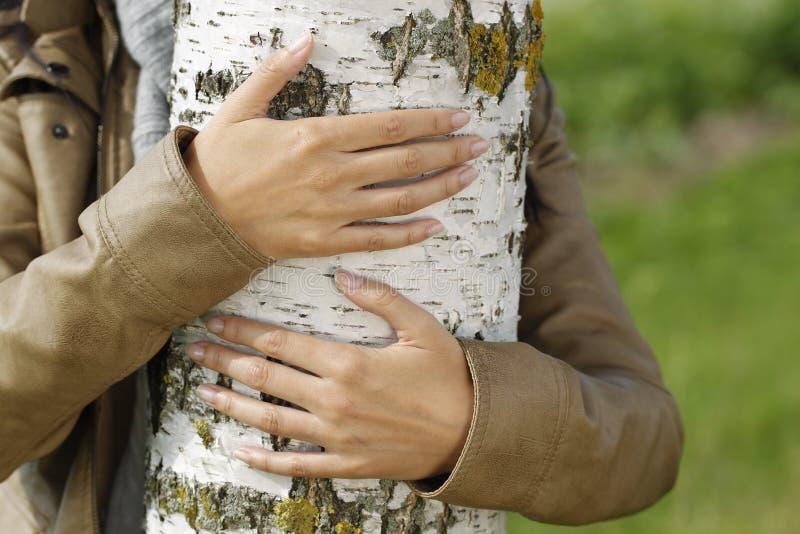 нет человек обнимает березу картинка менее ужасающе выглядят