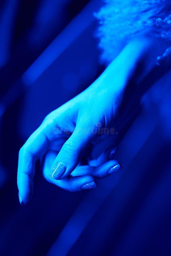 Woman& x27; s手感人的霓虹颜色光 免版税库存图片