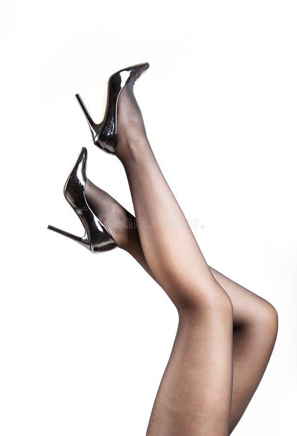 Woman& x27; s nogi Jest ubranym Pantyhose i szpilki obraz stock