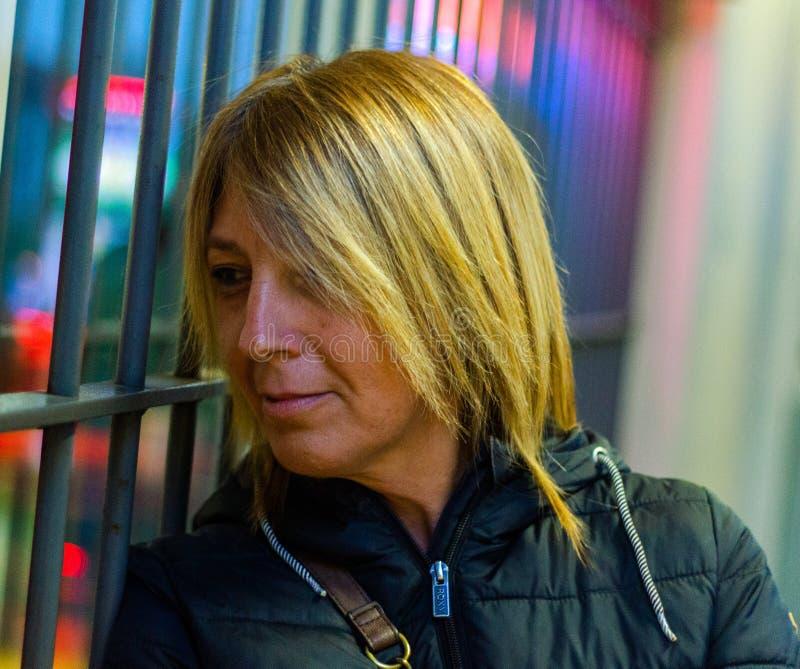 woman& x27; s twarz patrzeje przez zamkni?tego sklepowego okno zdjęcie royalty free