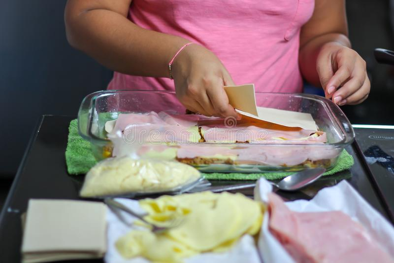 woman& x27; s wręcza kulinarnego lasagna, makaronu, baleronu i sera lasagne, obrazy royalty free