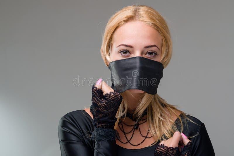 женщины в плену с заклеенными ртами видео одной