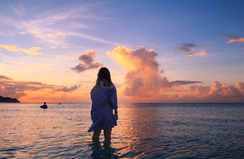 Woman& x27; silhueta de s no por do sol bonito foto de stock royalty free