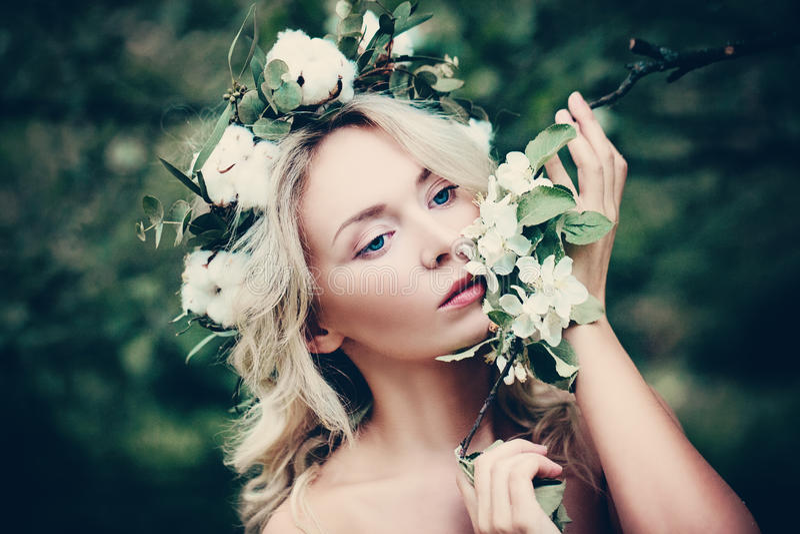 Woman Spa το πρότυπο με την άσπρη άνοιξη ανθίζει υπαίθρια στοκ εικόνα