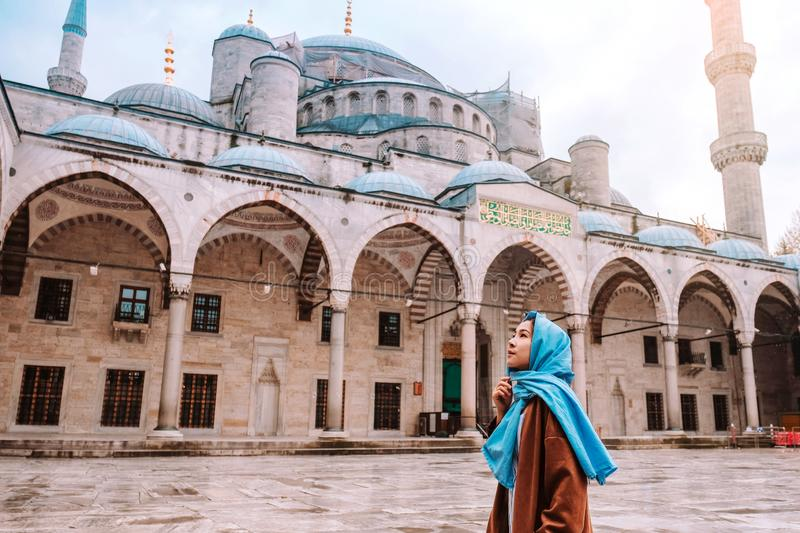 Woman traveling in Istanbul Blue mosque, Turkey stock images