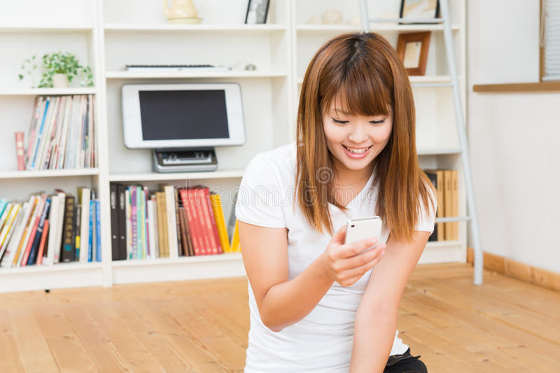 Download The Woman Who Uses The Smartphone Stock Image - Image: 28039211
