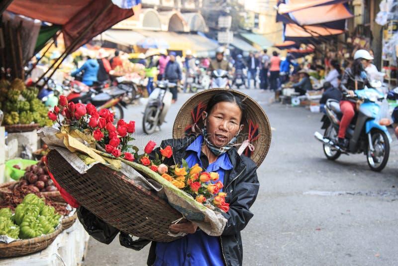 Womand продавая цветки в ¿m Hoà n Kiáº, старом квартале Ханоя стоковое фото rf