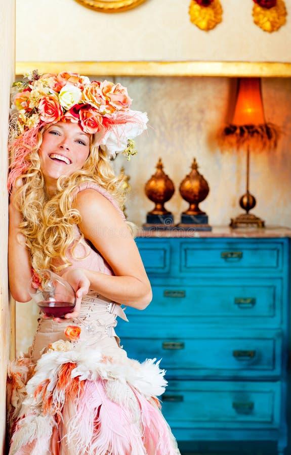 Womand blond de mode baroque buvant du vin rouge photographie stock