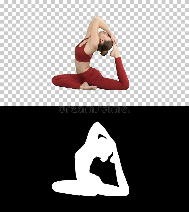 美好的年轻womandoing的瑜伽或pilates锻炼一有腿的Pigeon国王姿势,Eka Pada Rajakapotasana,阿尔法通道 库存图片