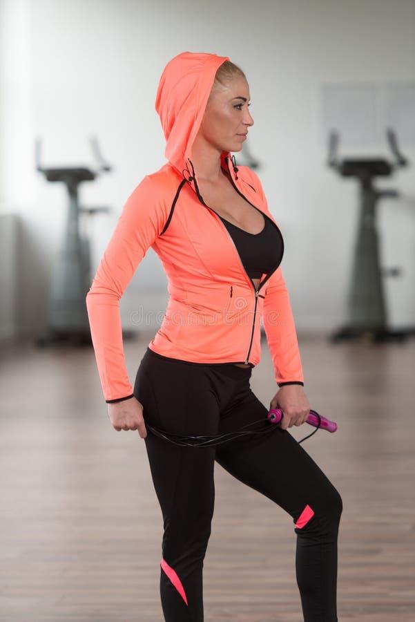 Womane que joga ao redor com corda de salto no Gym foto de stock royalty free