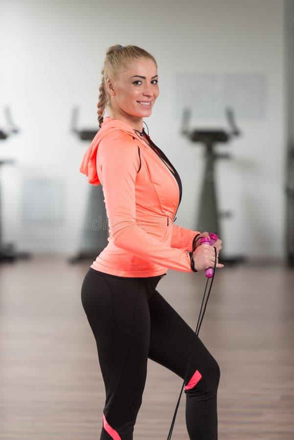 Womane que joga ao redor com corda de salto no Gym fotografia de stock