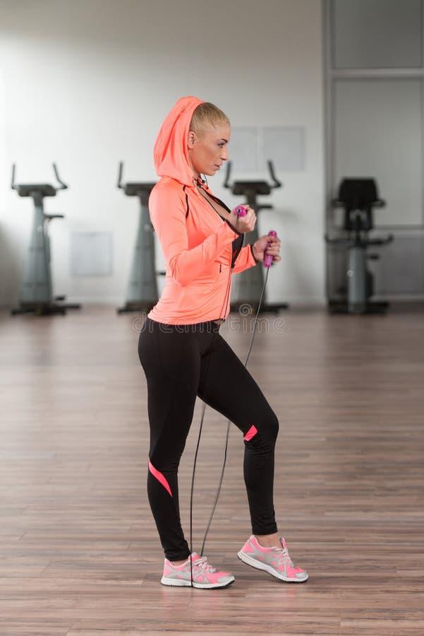Womane que joga ao redor com corda de salto no Gym fotos de stock royalty free