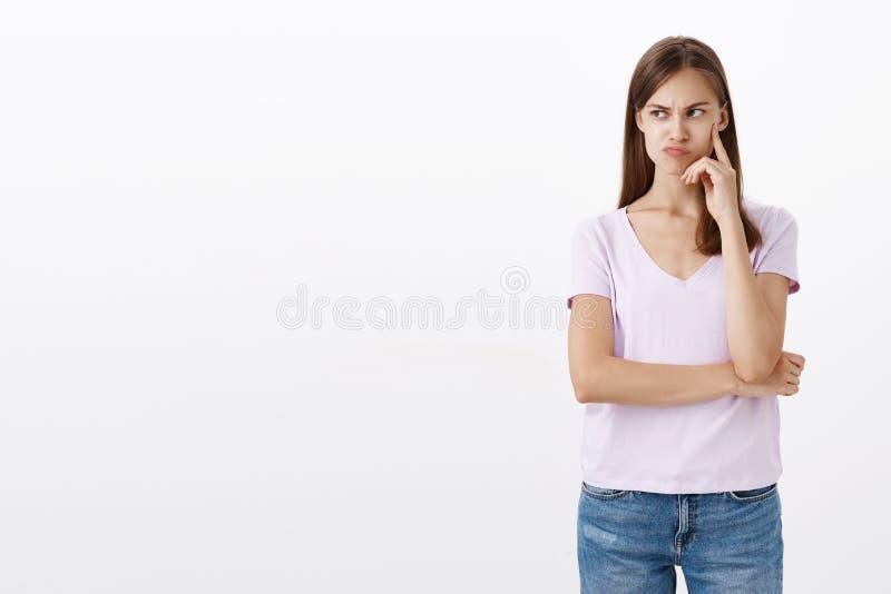 Womanf que eeling o colega de trabalho incomodado da inveja que flerta com o indivíduo bonito do sentimento olhando de sobrancelh imagens de stock