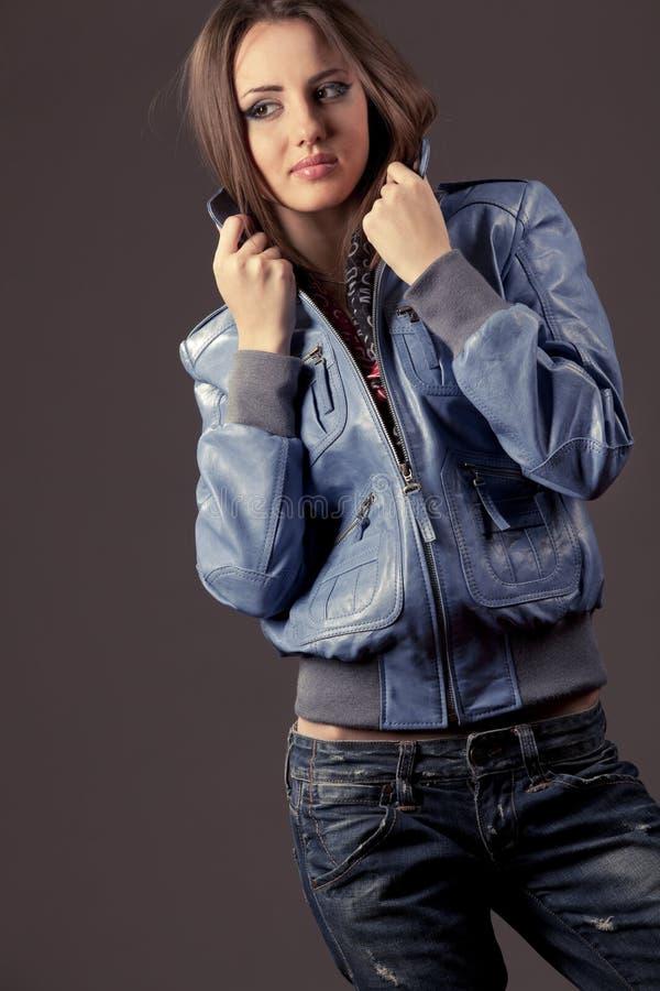 Womanin in jeans en leerjasje royalty-vrije stock foto