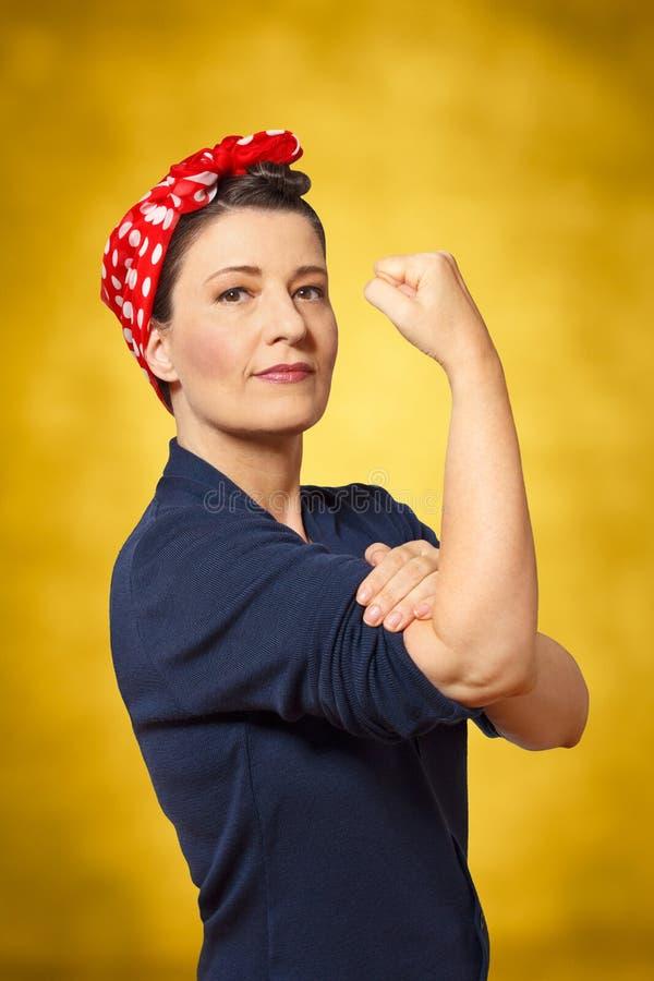 Womanpower apretado mujer fuerte del puño fotografía de archivo