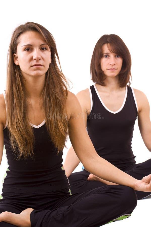 Womans, das Yoga tut lizenzfreie stockfotografie