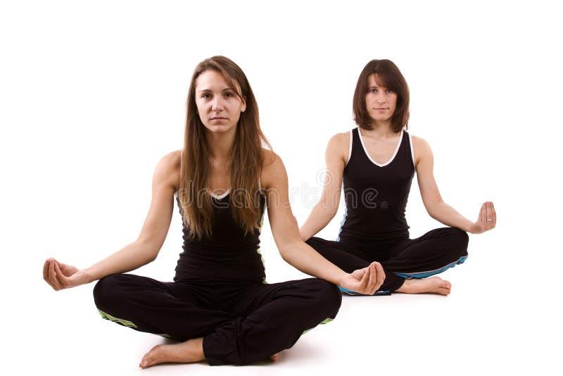 Womans, das Yoga tut lizenzfreie stockbilder