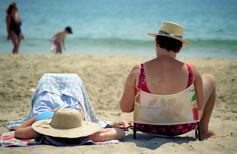 Womans en la playa imagenes de archivo
