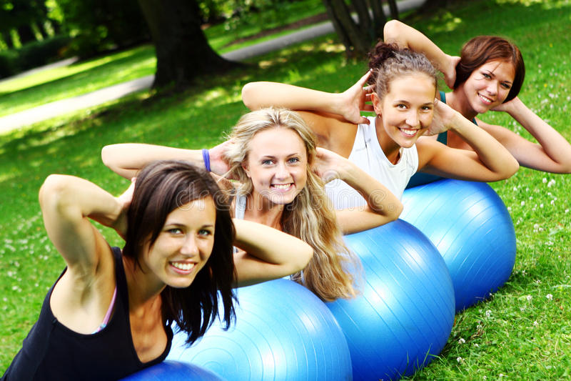 Womans faisant des exercices de forme physique photos stock