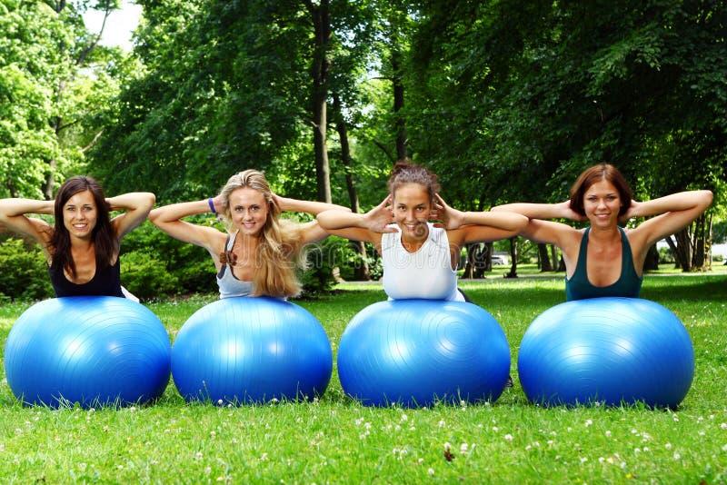 Womans faisant des exercices de forme physique photographie stock