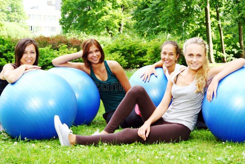 Womans faisant des exercices de forme physique images libres de droits