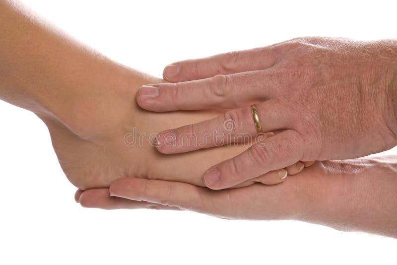 Womans Fuß bemannt innen Hände lizenzfreies stockbild