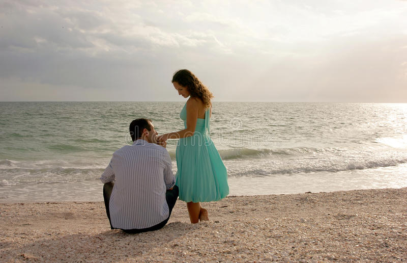 womans jest klasycznymi ręki wizerunku całowania mężczyzna obraz royalty free