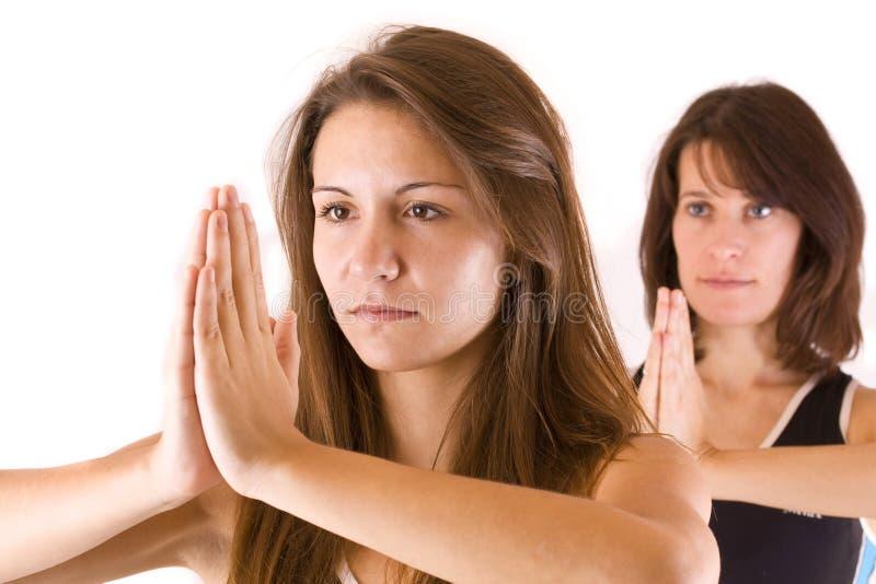 Womans que faz a ioga imagens de stock